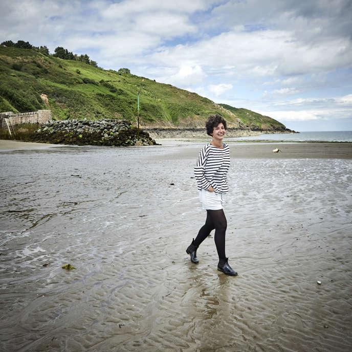 Alice Zeniter sur la plage de Bréhec, à Plouézec (Côtes d'Armor), le 6 juin.