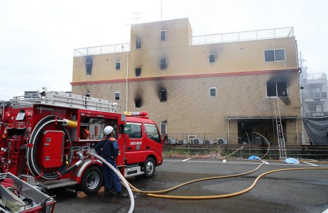 Camion de pompiers devant l'immeuble incendié.