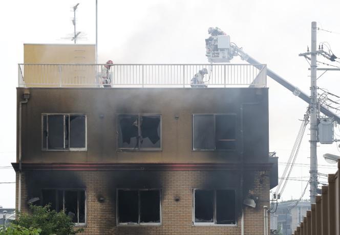 Des sauveteurs et des pompiers sur le toit de l'immeuble incendié de Kyoto Animation