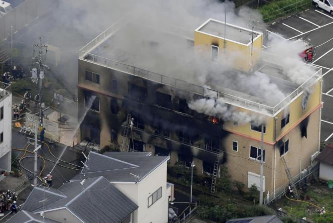Des pompiers tentent d'éteindre l'incendie de l'immeuble du studio Kyoto Animation, àKyoto (Japon), le 18 juillet 2019.