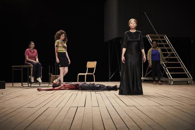 Dominique Reymond (robe noire) incarne Jocaste dans « Le reste vous le connaissez par le cinéma ».