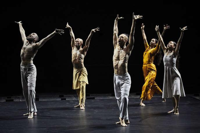 Issus de techniques et de cultures diverses, les six danseurs ont une gestuelle précise, coupante,saisissante.