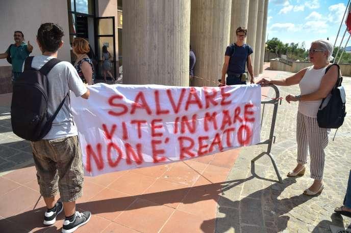 Des manifestants brandissent une banderole devant le tribunal d'Agrigente (Italie). Il y est inscrit « sauver des vies en mer n'est pas un crime».