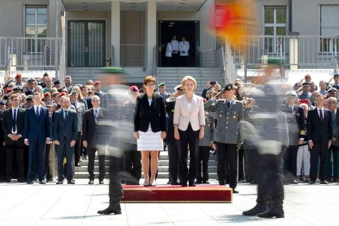 La nouvelle ministre allemande de la défense, Annegret Kramp-Karrenbauer (à gauche) lors de la passation des pouvoirs avec sa prédécesseur Ursula von der Leyen (à droite), à Berlin, le 17 juillet.