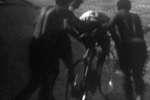 Tom Simpson effondré sur son vélo quelques minutes avant sa mort, le 13 juillet 1967 au Tour de France.