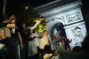 Des supporteurs fêtent la qualification de l'Algérie pour la finale de la Coupe d'Afrique des nations, à Paris, le 14 juillet.