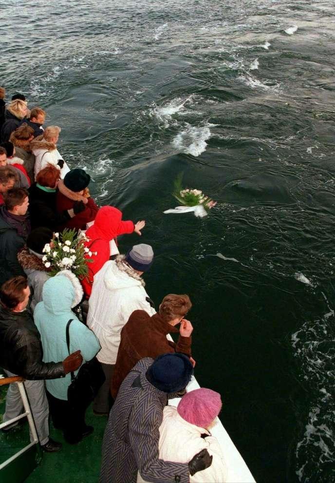 Hommage aux victimes du naufrage de l'« Estonia», deux mois après le drame, en mer Baltique, en novembre 1994.