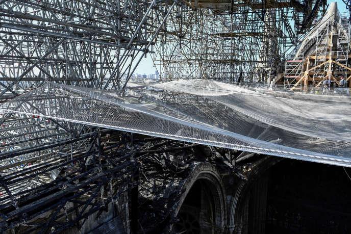 A l'intérieur de la cathédrale Notre-Dame de Paris, un peu plus de trois mois après l'incendie, le 17 juillet.