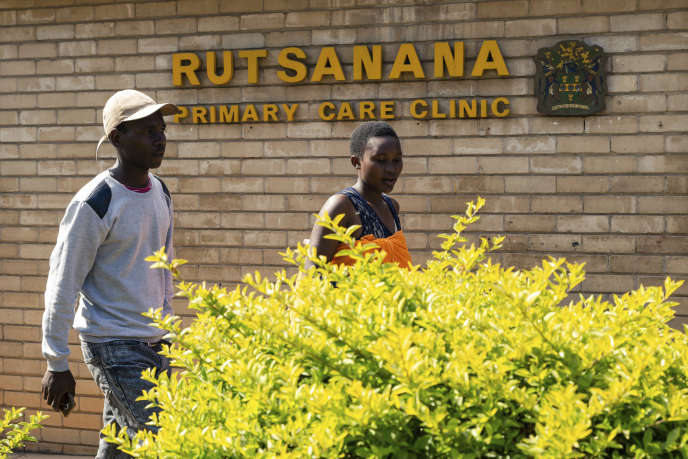 Devant la polyclinique Rutsanana, dans le township de Harare, le 24 juin 2019.