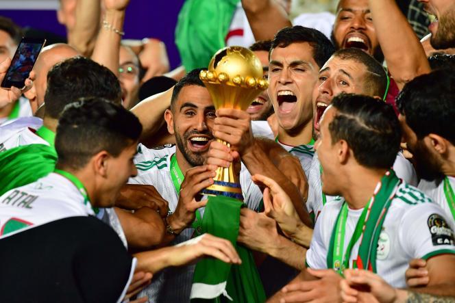 Riyad Mahrez et ses coéquipiers explosent de joie après leur victoire, au Caire.