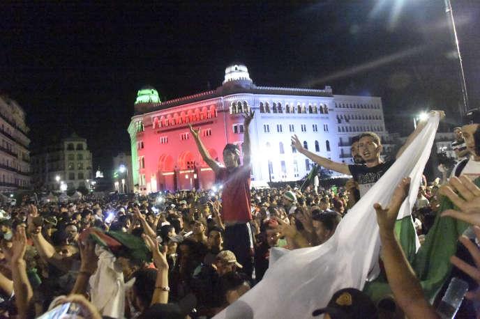 Scène de liesse devant la grande poste d'Alger le 14 juillet 2019, après la victoire des Fennecs face aux Super Eagles du Nigeria en demi-finale de la CAN.