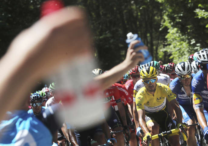 Julian Alaphilippe vêtu du maillot jaune lors de la 5e étape du Tour de France entre Saint-Dié-des-Vosges et Colmar, le 10 juillet.