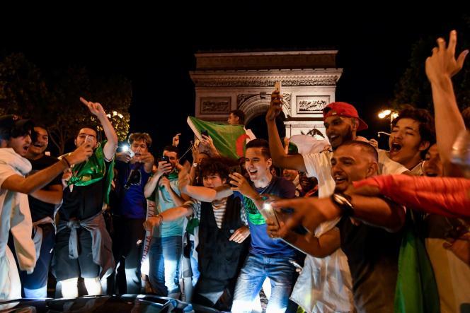 Des supporteurs des« Fennecs» rassemblés devant l'Arc de Triomphe, à Paris.
