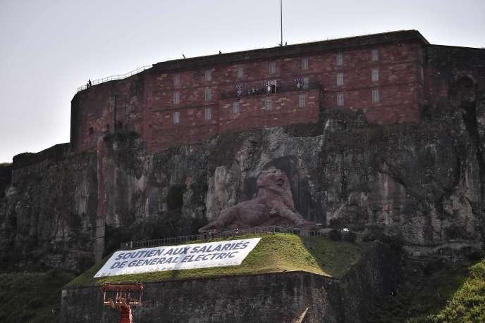 Une bannière en soutien aux employés de General Electric en marge du Tour de France à Belfort (Territoire de Belfort), le 12 juillet.
