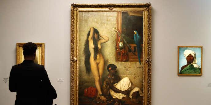 Le 25 mars 2019 devant le tableau Jean-Léon Gérôme, « vente d'esclaves» (1873) lors de l'exposition «Le modèle noir, de Géricault à Matisse» au musée d'orsay, à Paris.