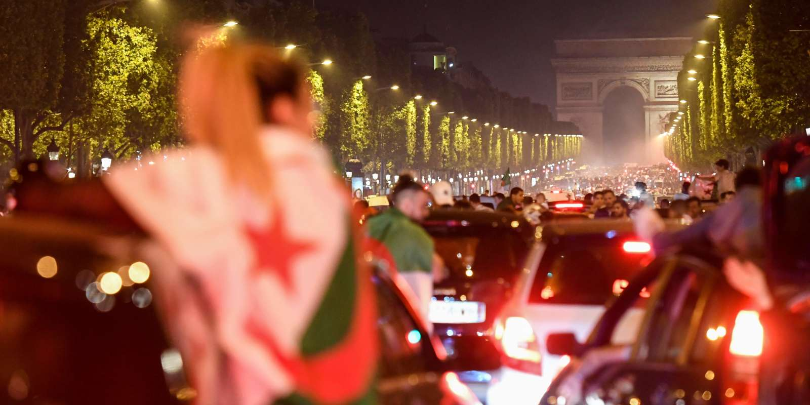 Des supporteurs de l'Algérie célèbre le sacre de leur équipe lors de l'édition 2019 de la CAN à Paris.