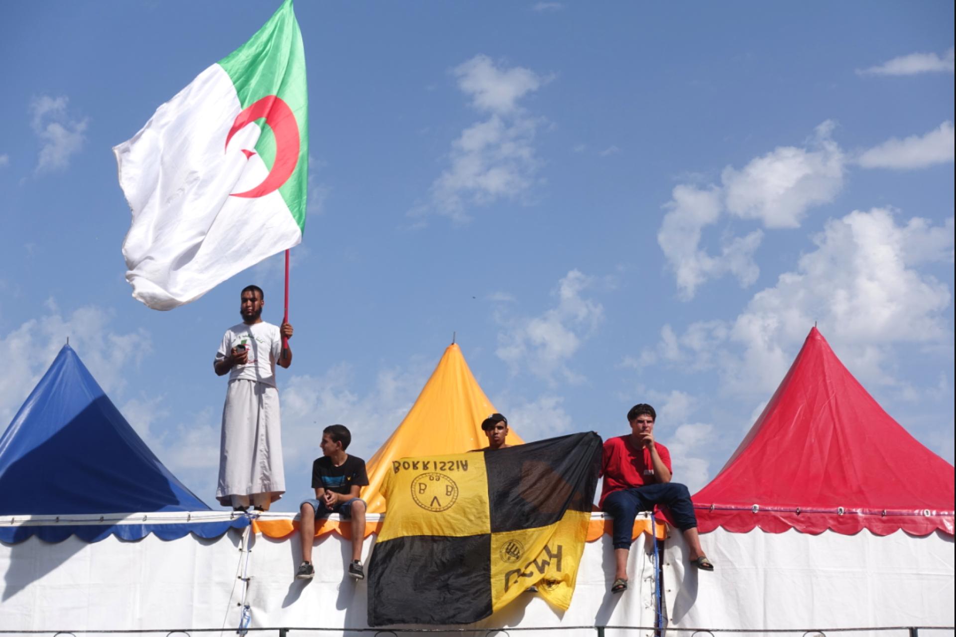 A Alger, dans une avenue l'après-midi du 19 juillet, avant le match Algérie-Sénégal où l'on peut voir le drapeau jaune du club de USM El Harrach.