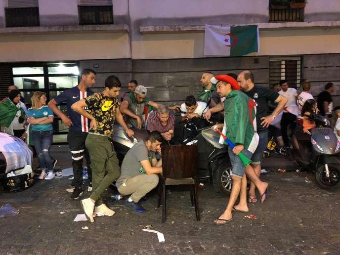 Dans les rues du 18e arrondissement de Paris, des supporteurs algériens regardent la finale de la CAN 2019 sur un portable.