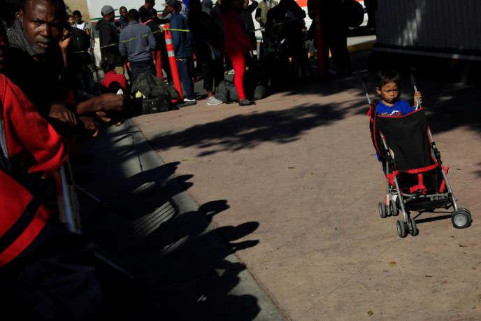 Des migrants attendent de déposer leur demande d'asile, au poste-frontière d'El Chaparral, près de Tijuana, le 20 juillet.