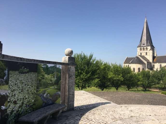 Les photographies de Claude Lefèvre, avec, à l'arrière-plan, le verger et l'abbaye Saint-Georges de Boscherville.