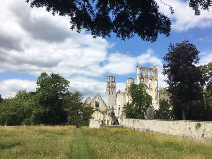 Vue des jardins autour des ruines de l'abbaye de Jumièges.
