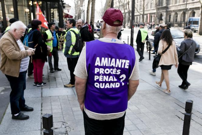 Devant la Cour de cassation pendant un procès évaluant le préjudice d'anxiété de travailleurs exposés à l'amiante, à Paris, le 22 mars.