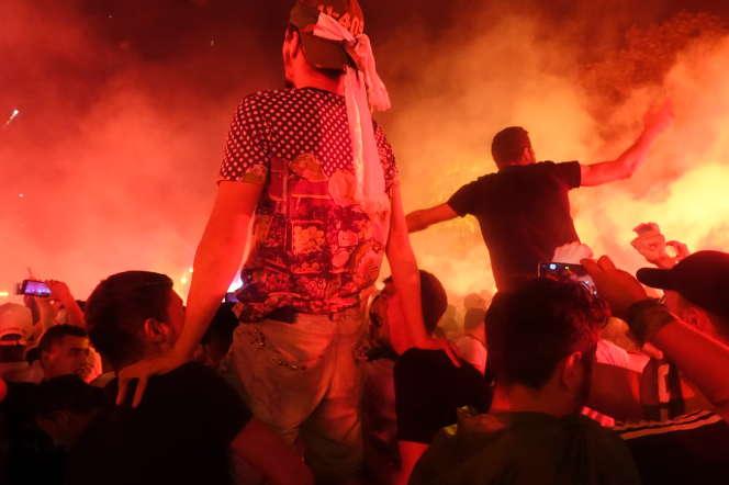 La joie des supporters rue Didouche dans le centre d'Alger.