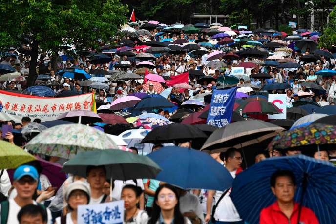 Explosifs saisis et contre-manifestation: fébrilité à Hongkong avant une nouvelle journée de contestation