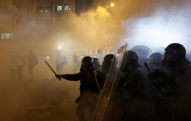 La police fait usage de gaz lacrymogènes pour disperser la foule, à Hongkong, dans la soirée du 21 juillet.