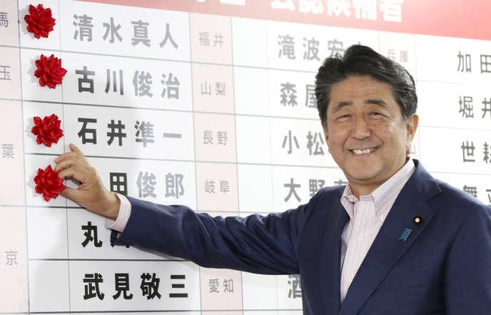 Sénatoriales au Japon: une victoire large mais pas complète pour le parti de Shinzo Abe