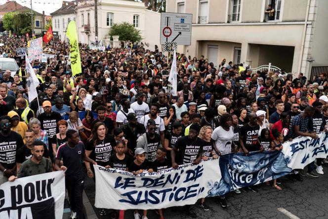 Manifestation contre « l'autoritarisme » àBeaumont-sur-Oise (Val-d'Oise), le 20 juillet.