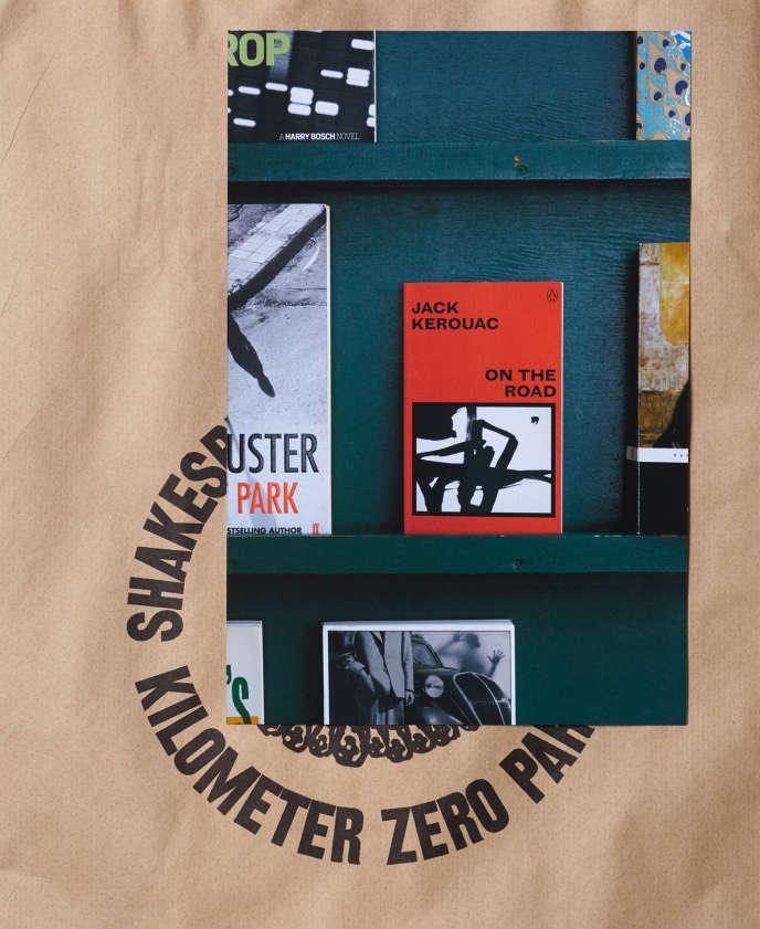 Un exemplaire du célèbre roman de Jack Kerouac, «On The Road» (Sur la route), sur une étagère de la librairie Shakespeare and Company, à Paris.