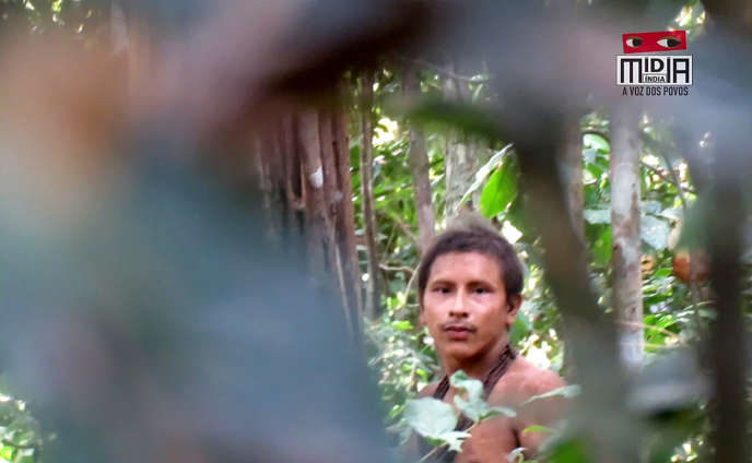 Un membre de la tribu des Awa, dans la forêt amazonienne, au Brésil, en août 2018.