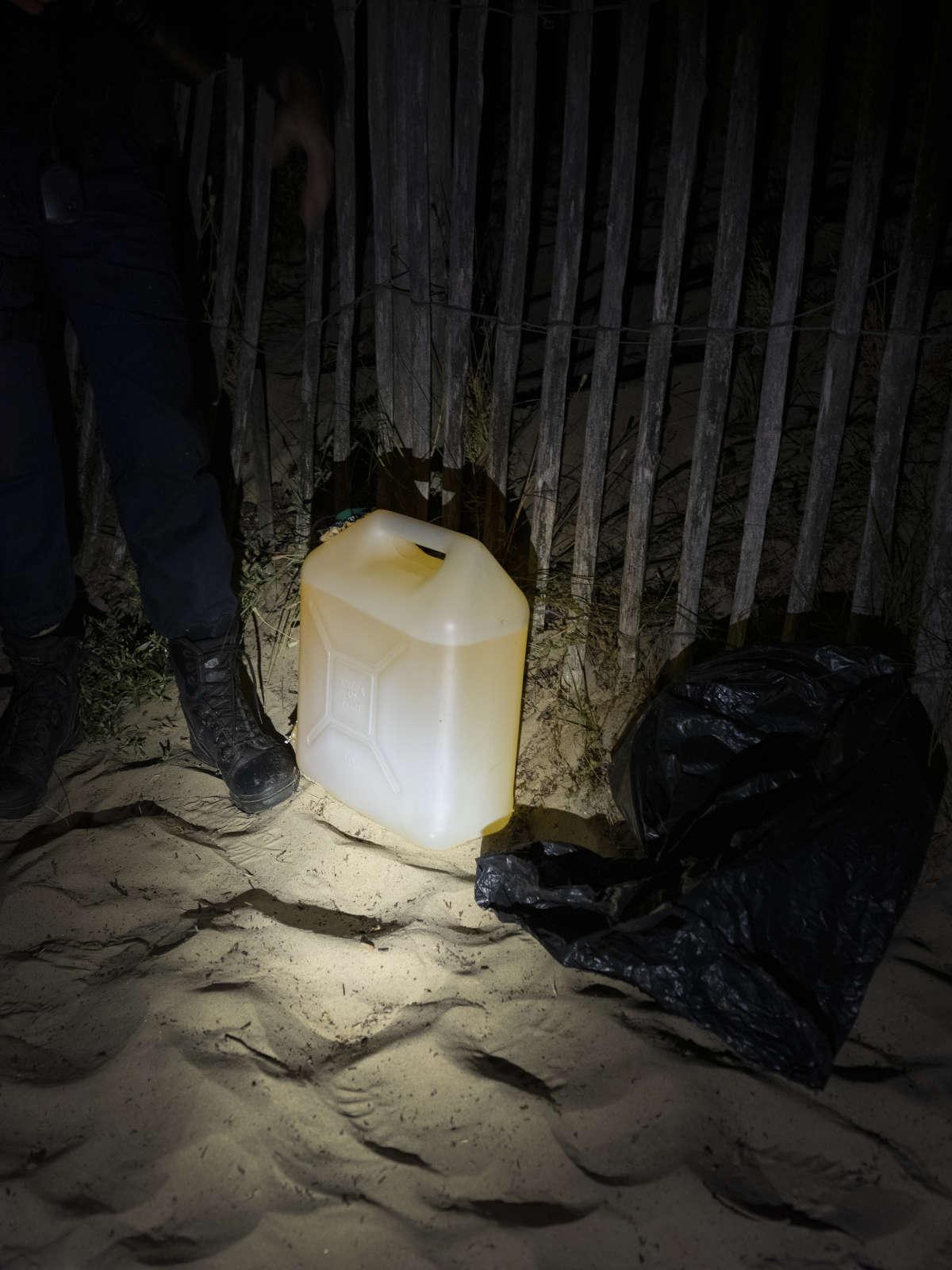 Un bidon d'essence dissimulé dans un sac poubelle est retrouvé dans une dune.