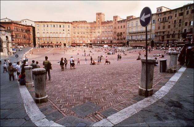 Vue générale de la piazza del Campo, à Sienne, capitale de la Toscane, le 22 octobre 1994.