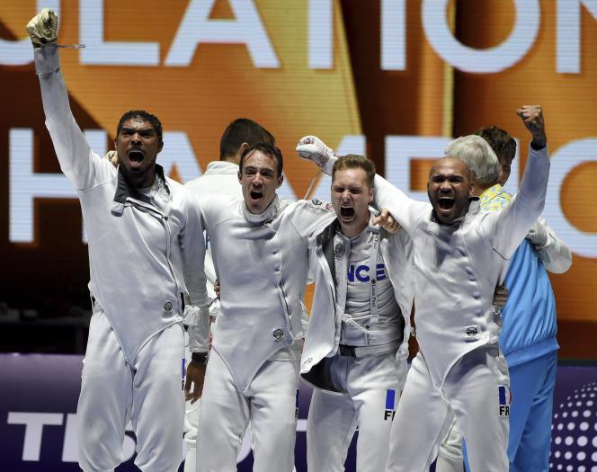Yannick Borel, Ronan Gustin, Alexandre Bardenet et Daniel Jérent (de gauche à droite) célèbrent leur victoire après avoir battu l'Ukraine en finale de l'épée par équipes aux Mondiaux de Budapest lundi 22 juillet.