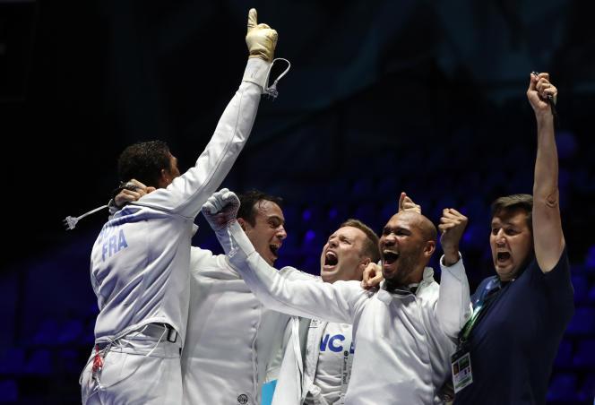 L'équipe française d'escrime célèbre sa victoire lors des championnats du monde à Budapest,en Hongrie, le 22 juillet.