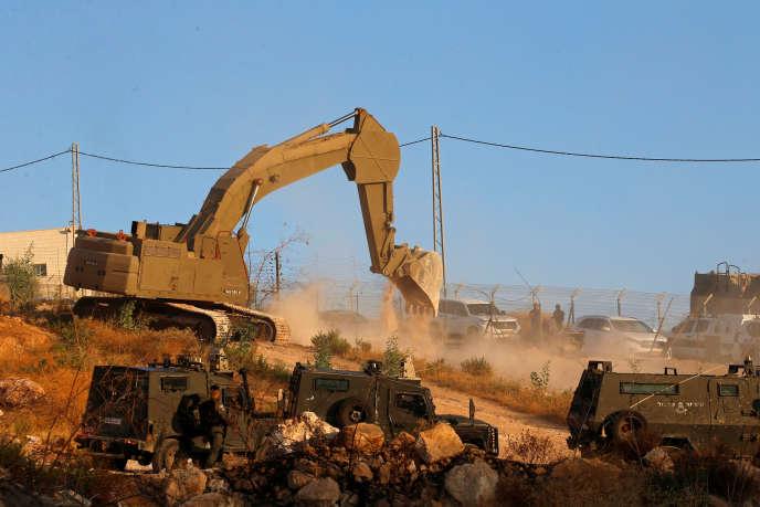 Les pelleteuses à l'œuvre dans le quartier de Sour Baher, à Jérusalem, lundi 22 juillet.