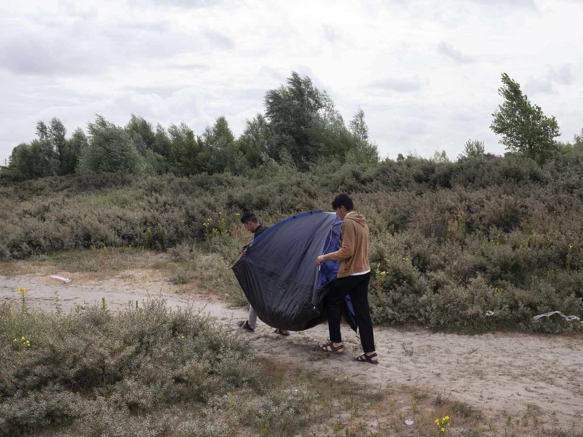 Un jour sur deux, Shazad et Kakou, 16 ans, se font chasser par les forces de l'ordre puis rejoignent leur campement de fortune quelques minutes plus tard.