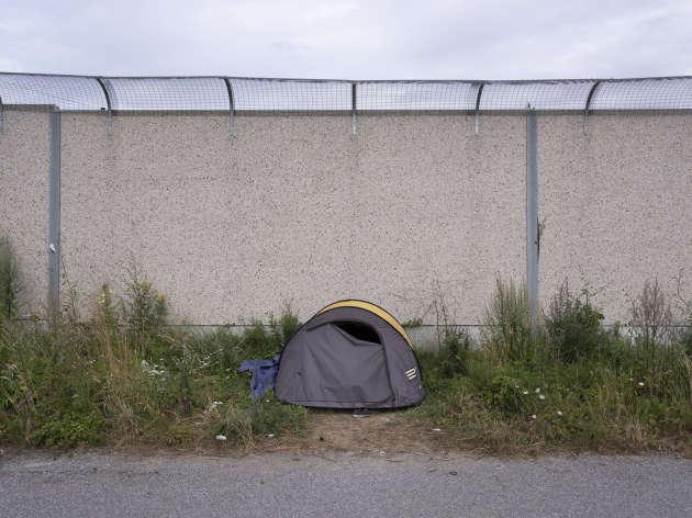 Une tente du camp «Stadium» au pieds du mur anti-intrusion financé par l'Angleterre.