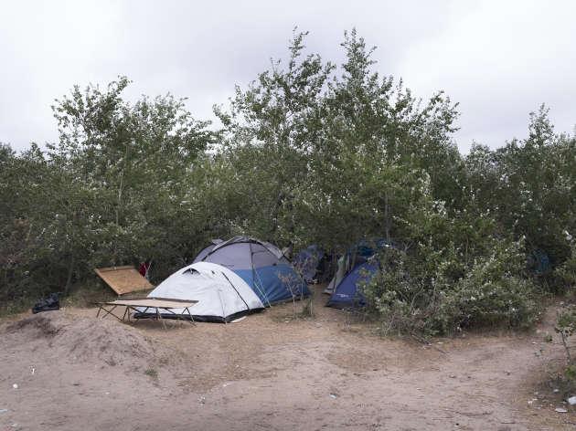 Un camp de la zone des «huttes» en face de l'enceinte de l'association Vie Active, chargée par l'état français de la distribution de repas et de l'accueil des migrants quatre heures par jour.