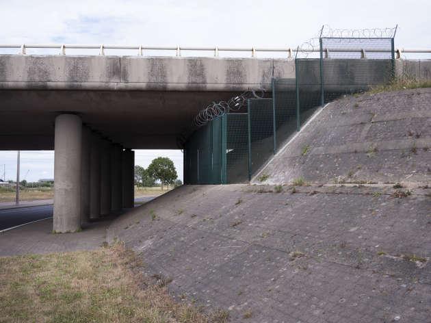 Des grillages et des barbelés, installés en dessous des ponts pour éviter que des personnes ne puissent s'y abriter.