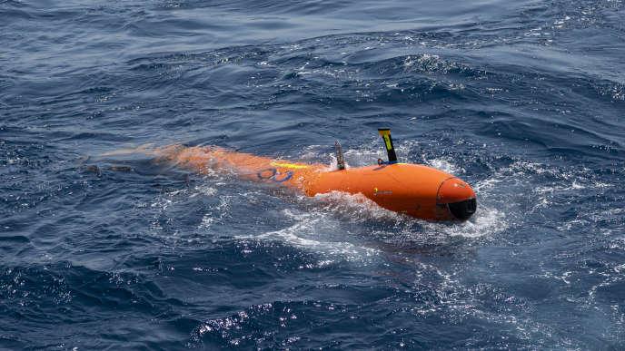 Mise à l'eau des robots sous-marins autonomes AUV à la recherche de« La Minerve», à Toulon, le 18 juillet.