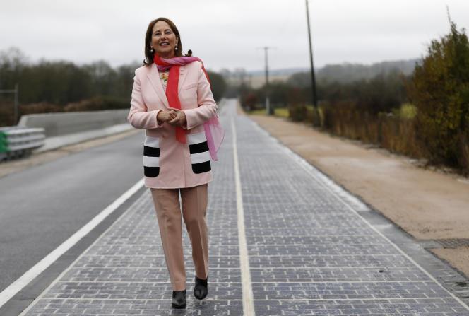 Segolène Royal, ministre de l'Environnement (2014-2017), lors de l'inauguration du premier tronçon de la route solaire à Tourouvre, en Normandie, le 22 décembre 2016.