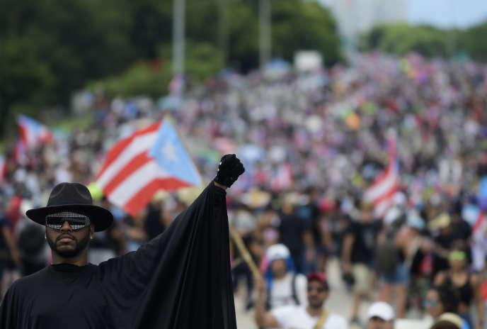 Des milliers de personnes défilent sur l'autoroute Las Americas lors d'une manifestation demandant la démission du gouverneur Ricardo Rossello, à San Juan, Porto Rico, le 22 juillet.