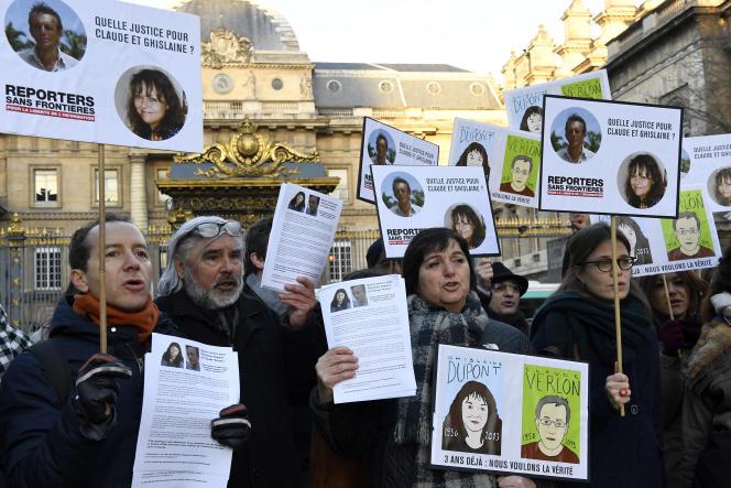 Le 13 janvier 2017, les collègues et amis de Ghislaine Dupont et Claude Verlon manifestent devant le Palais de justice de Paris pour que toute la lumière soit faite sur la mort des reporters de RFI, tués à Kidal, dans le nord du Mali, le 2 novembre 2013.