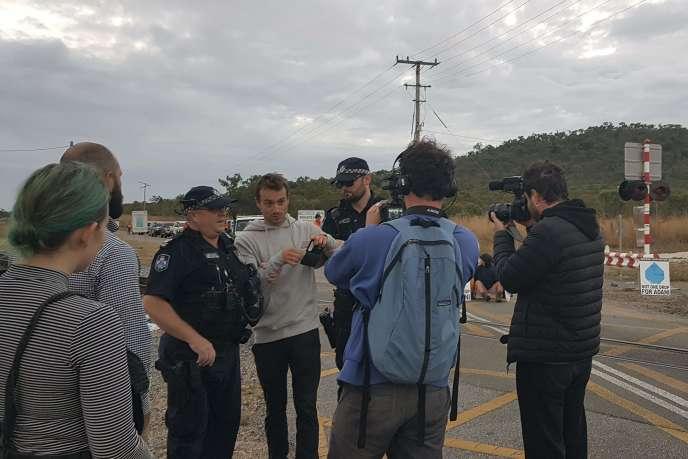 L'équipe de télévision française, lors de son interpellationà proximité duterminal charbonnier d'Abbot Point en Australie, le 22 juillet.