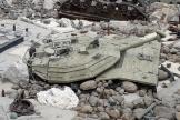 Une carcasse de char israélien, exposée le canon noué.