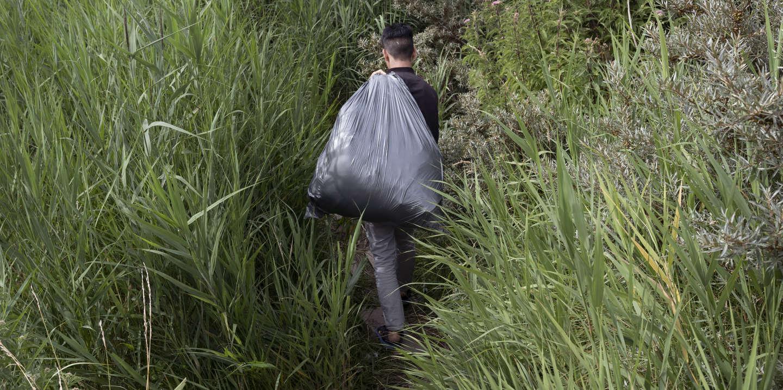 Shazad, 16 ans, est originaire d'Afghanistan. Ici lors d'un démantèlement. Un jour sur deux il est châssé de force de son campement de fortune par la police. À Calais le 18 juillet 2019.