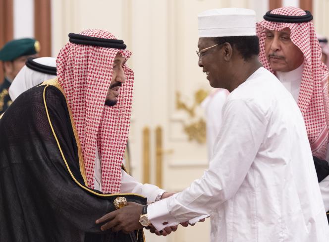 Le président tchadien en visite en Arabie saoudite avec le roi Salman Ben Abdulaziz au palais royal de Riyad, le 1er juin 2019.